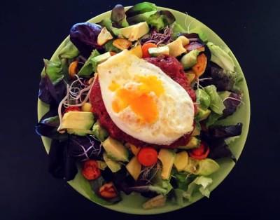 Rindstatar mit Spiegelei auf Salat